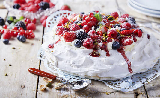 Pavlova cake with fresh fruits - DREF00006