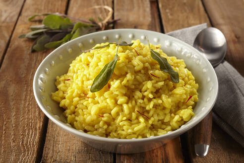 Saffron risotto with sage leaves - DREF00019