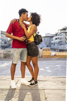 Young couple kissing in the city, Florence, Italy - FBAF01147