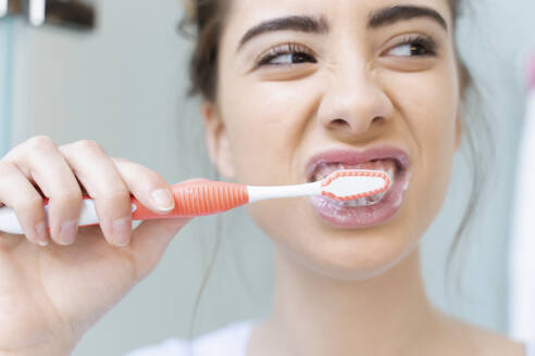 Woman brushing teeth - ERRF02552