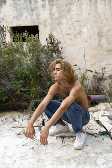 Young blond man crouching - AFVF04966