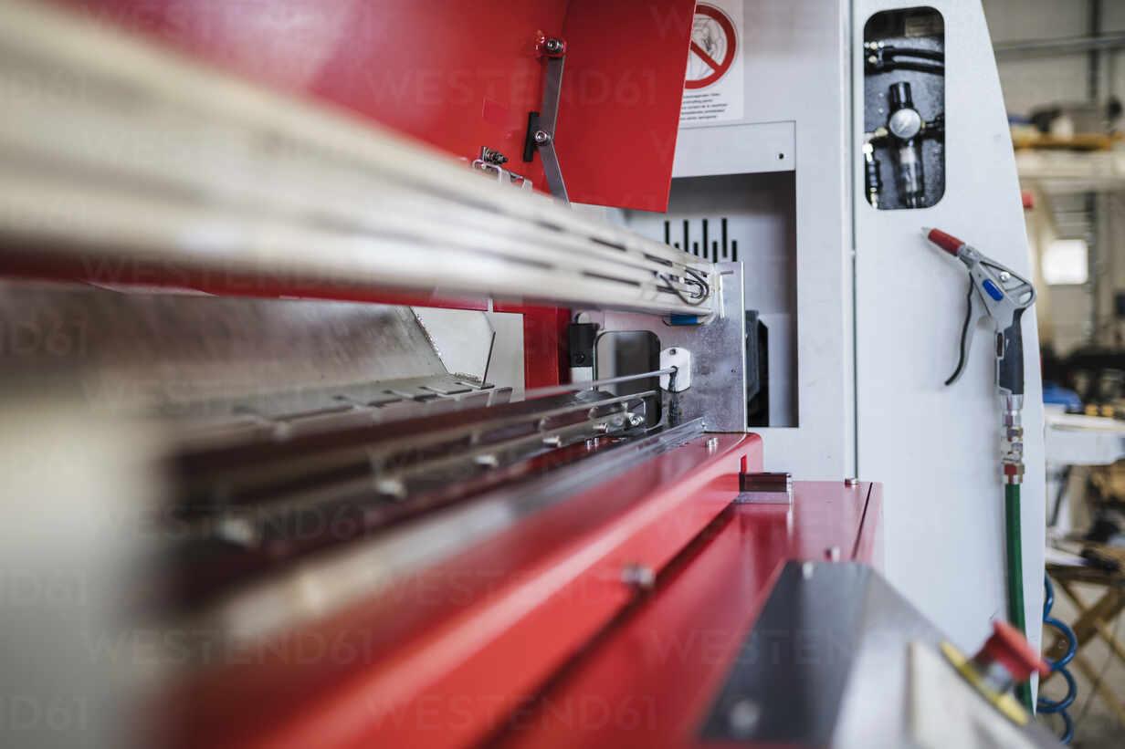 Modern machine in factory - DIGF09127 - Daniel Ingold/Westend61