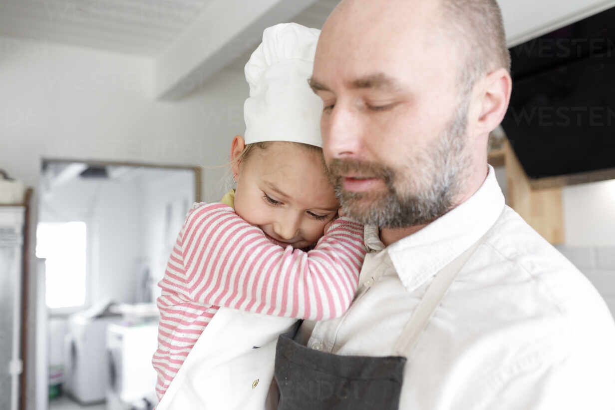 Father and daughter cooking in the kitchen - KMKF01162 - Katharina Mikhrin/Westend61