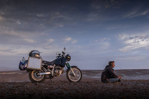 Motorcyclist with headphones enjoying peace in desert, Arequipa, Peru - ISF23720