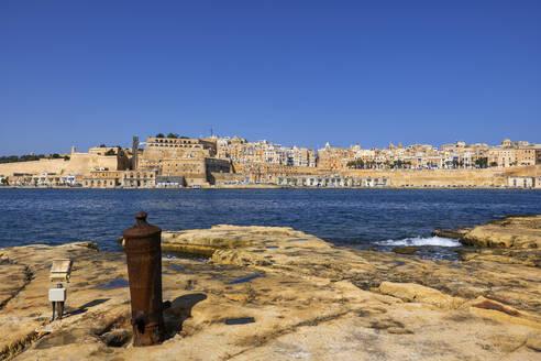 Malta, Valletta, Cityscape with sea in foreground - ABOF00476