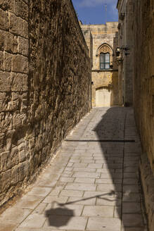 Malta, Mdina, Narrow cobbled street and medieval stone walls in old capital - Silent City - ABOF00482