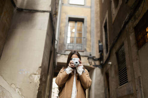 Young woman taking pictures in the city, Barcelona, Spain - VABF02532
