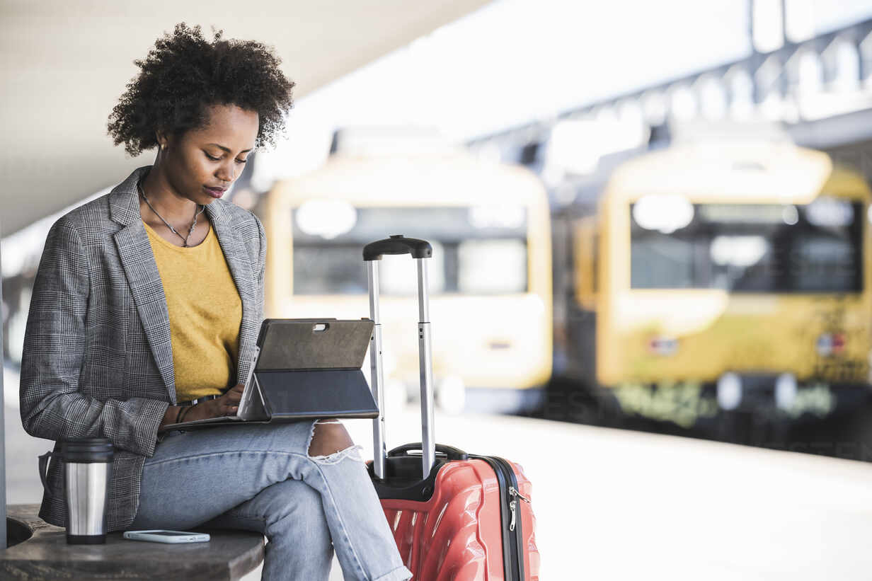 Young businesswoman using tablet at the train station - UUF20176 - Uwe Umstätter/Westend61