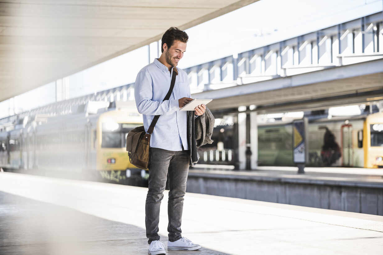 Casual young businessman using tablet at the train station - UUF20197 - Uwe Umstätter/Westend61
