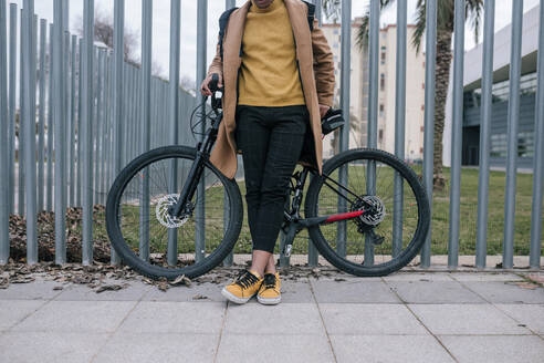 Low section of stylish young man with bicycle in the city - GRCF00101