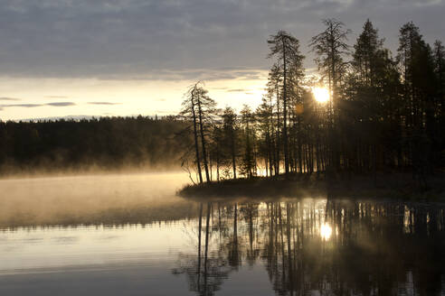 Finland, Kainuu, Kuhmo, Lake at foggy sunrise - ZCF00902