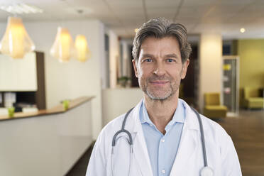Portrait of confident doctor in his medical practice - PHDF00028