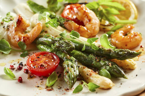 Plate of shrimps with roasted asparagus, tomatoes and basil - DREF00044