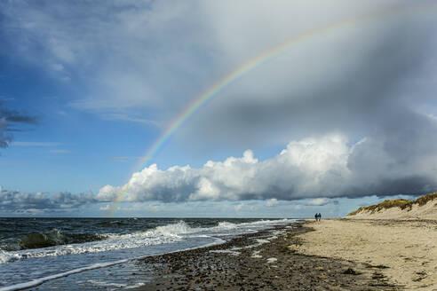 Westrand bei Prerow, Regenbogen, Silhouetten, zwei Menschen am Strand, Mecklenburg-Vorpommern, Deutschland - STBF00527