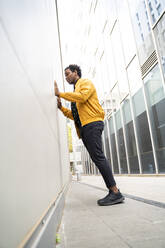 Man leaning on a wall - AFVF05257
