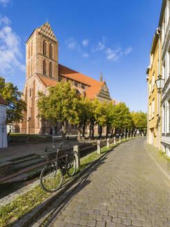 Germany, Mecklenburg-West Pomerania, Wismar, Hanseatic City, Old town and St. Marys Church - WDF05694