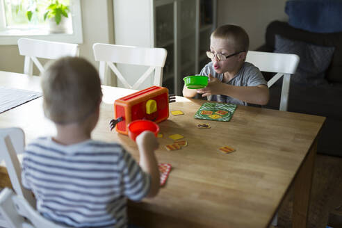 Two boys playing at home - JOHF06902