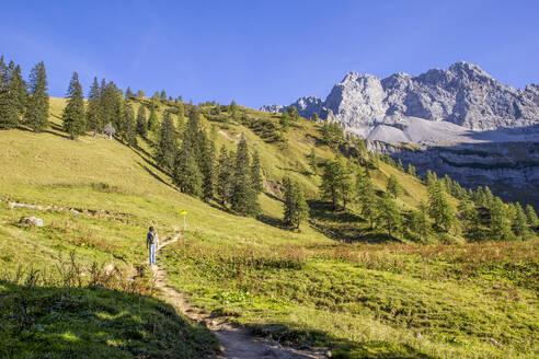 Man hiking the Karwendel mountains in autumn, Hinteriss, Austria - MAMF01106