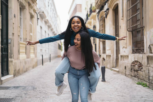 Two happy young women having fun in the city - MPPF00508