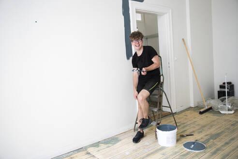Man painting wall - JOHF08235