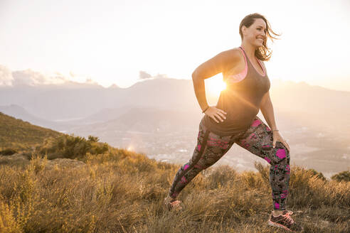 Plus-Size-Model doing sports in the countryside at sunset - SDAHF00203