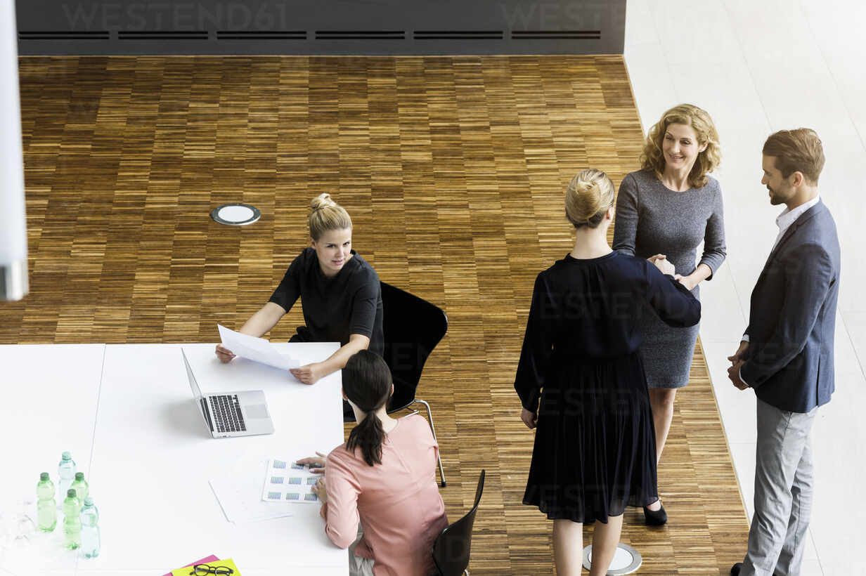 Business people shaking hands in modern office conference room - BMOF00285 - Buero Monaco/Westend61