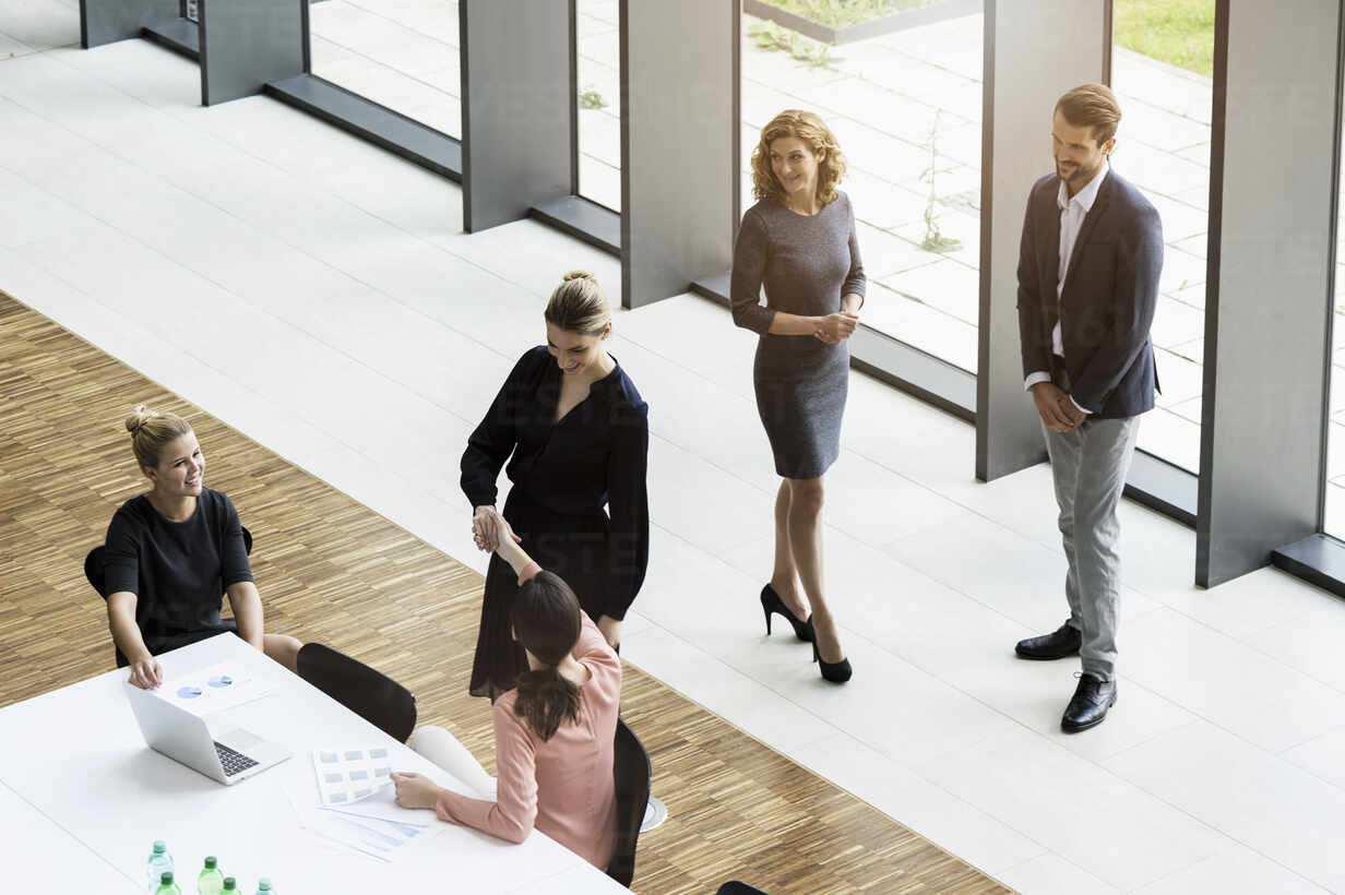 Business people shaking hands in modern office conference room - BMOF00288 - Buero Monaco/Westend61