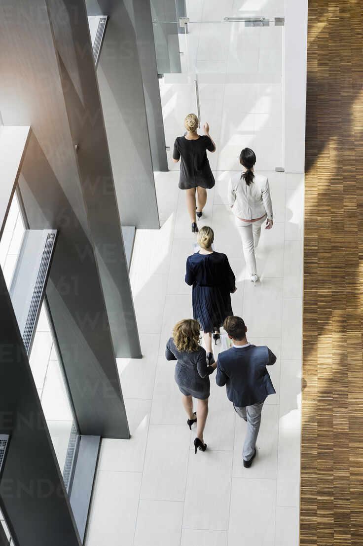Business people walking in modern office building - BMOF00297 - Buero Monaco/Westend61