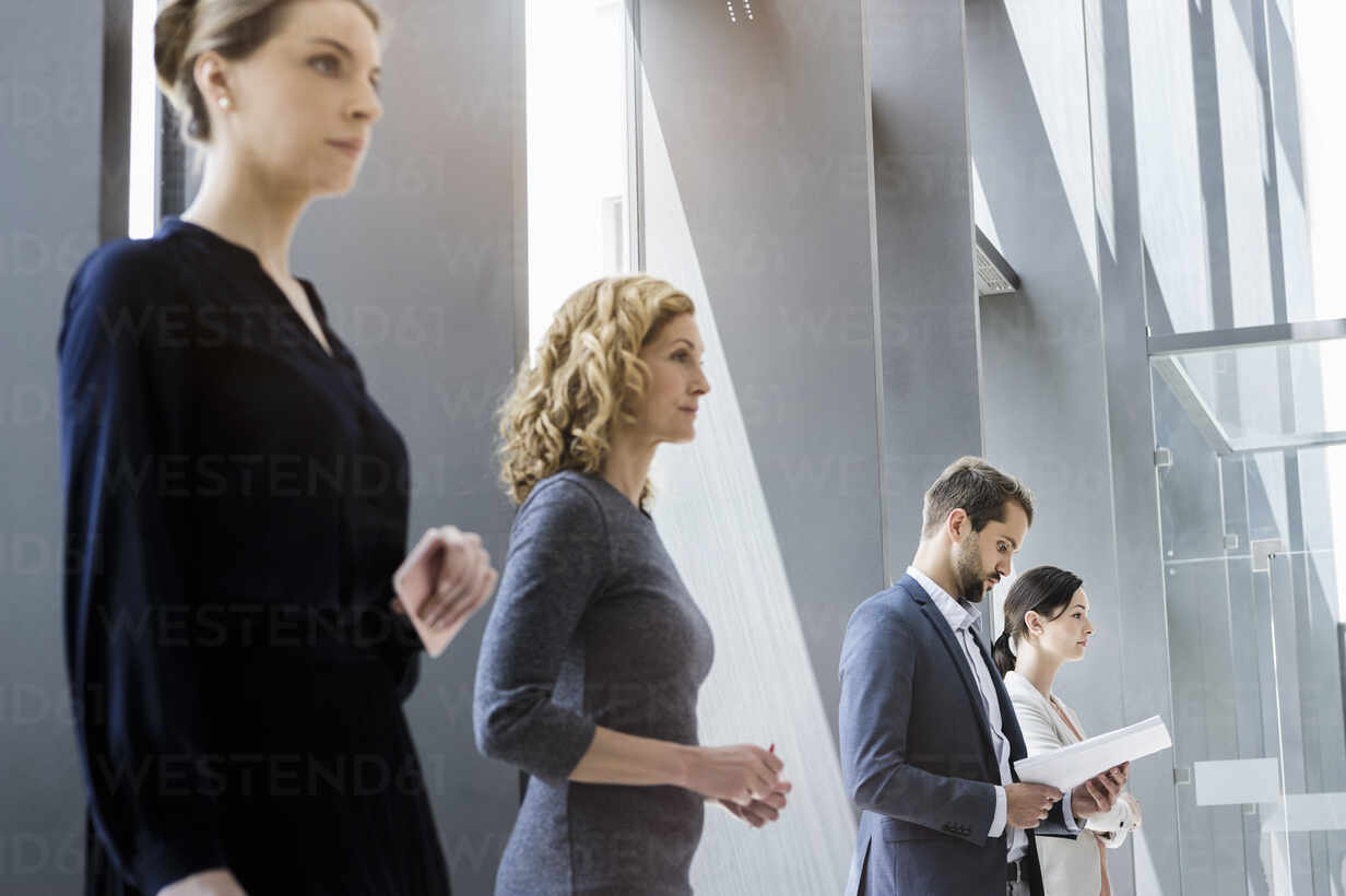 Businesswomen and businessmen waiting in line in the office - BMOF00300 - Buero Monaco/Westend61