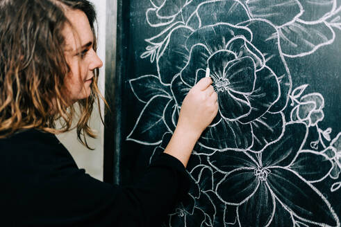 Stock photo of an artist drawing with chalk. - CAVF76029