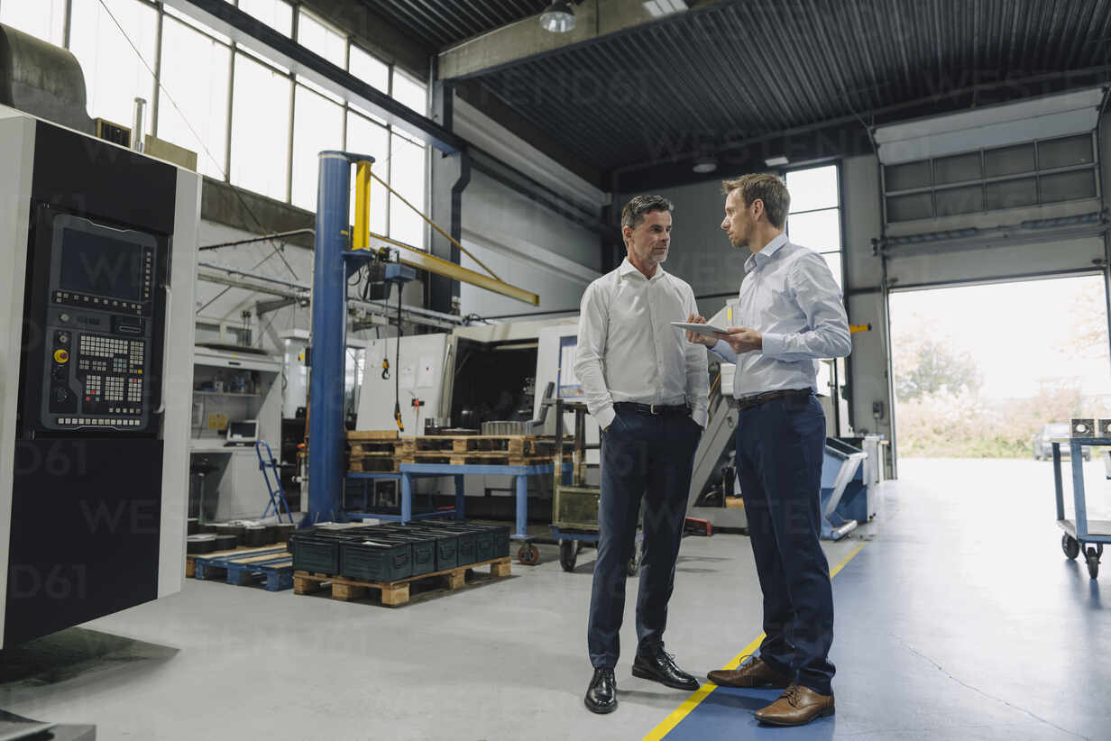 Two men with tablet talking in a factory - KNSF07845 - Kniel Synnatzschke/Westend61