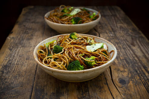 Bowls of Japanesesobanoodles withbokchoy, broccolies, soy sauce and black sesame - LVF08657