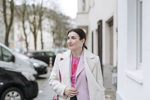 Portrait of stylish woman in white coat - VYF00047