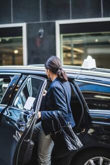 Female entrepreneur entering in car - MASF16951