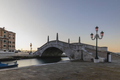 Italy, Venice, Puente Arsenale bridge at dawn - MRAF00489