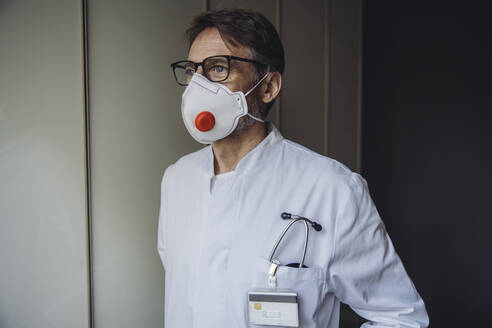 Portrait of doctor, wearing protective mask - MFF05072