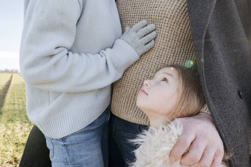 Little girl outdoors with her parents in winter - VYF00076