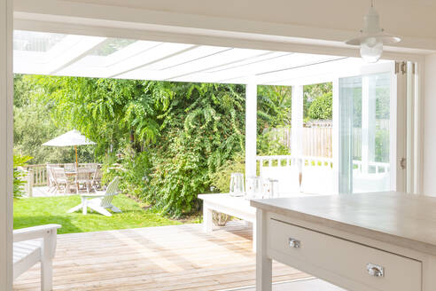 Home showcase kitchen open to summer patio and garden - CAIF24713