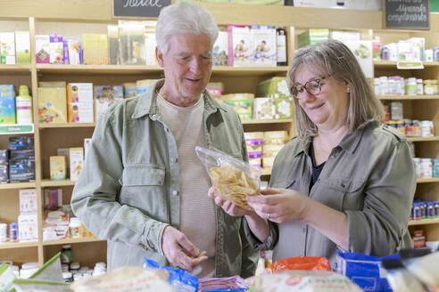 Senior couple shopping in a small store - AFVF05862