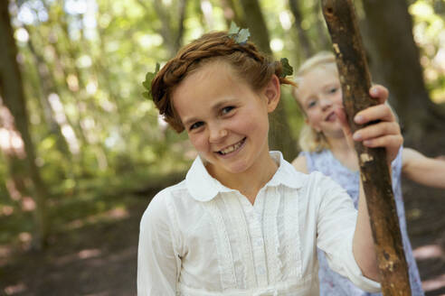 Portrait of smiling girl in forest with friend - AUF00213