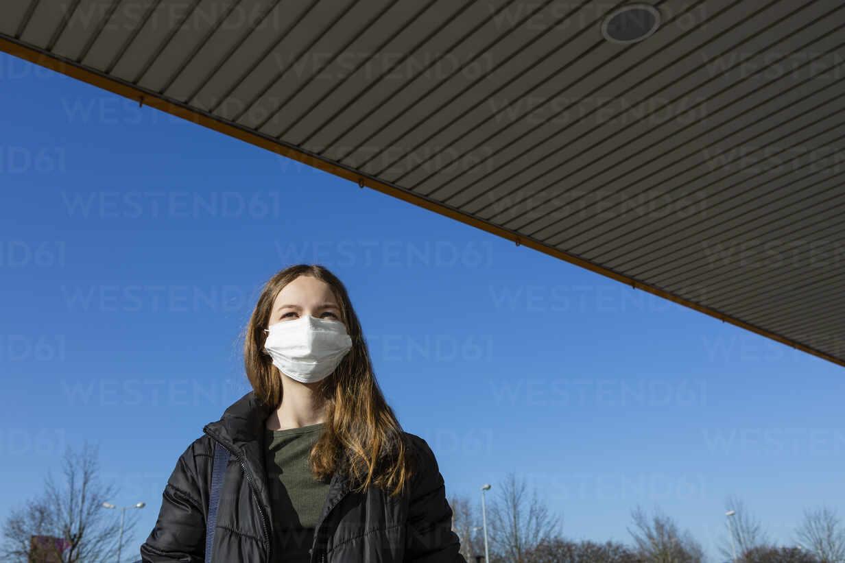 Portrait of girl wearing mask outdoors - OJF00378 - Julia Otto/Westend61