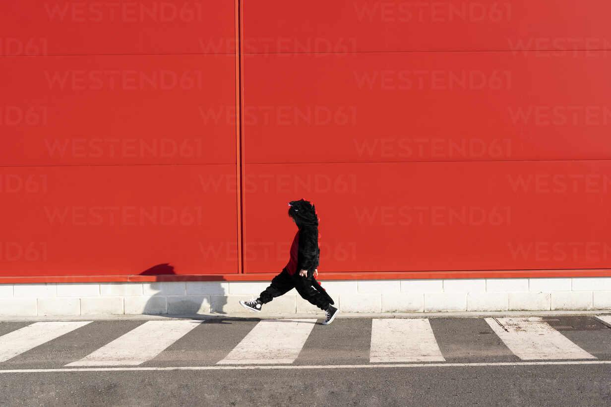 Little girl wearing black fancy dress walking on zebra crossing - ERRF03272 - Eloisa Ramos/Westend61
