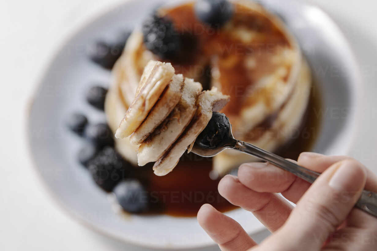 Pancakes with blueberry on a fork - CAVF78572 - Cavan Images/Westend61