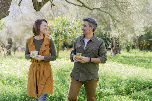 Happy couple with coffee and orange juice in the countryside - VSMF00018