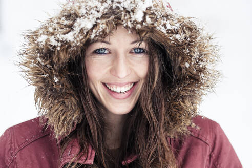 Portrait of laughing young woman with blue eyes in winter - WFF00320