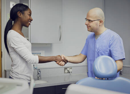 Dentist shaking hands with patient - PWF00015