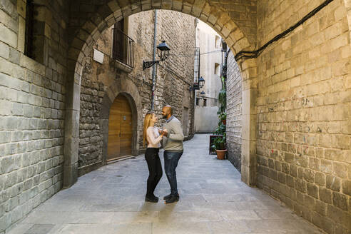 Couple dancing in an alley of Gothic Quarter, Barcelona, Spain - XLGF00104