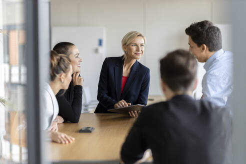 Businesswoman leading a meeting in office - PESF02018