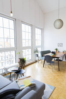 Bright living room with large windows - FKF03718