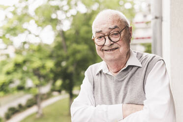 Portrait of smiling senior man wearing glasses - UUF20233